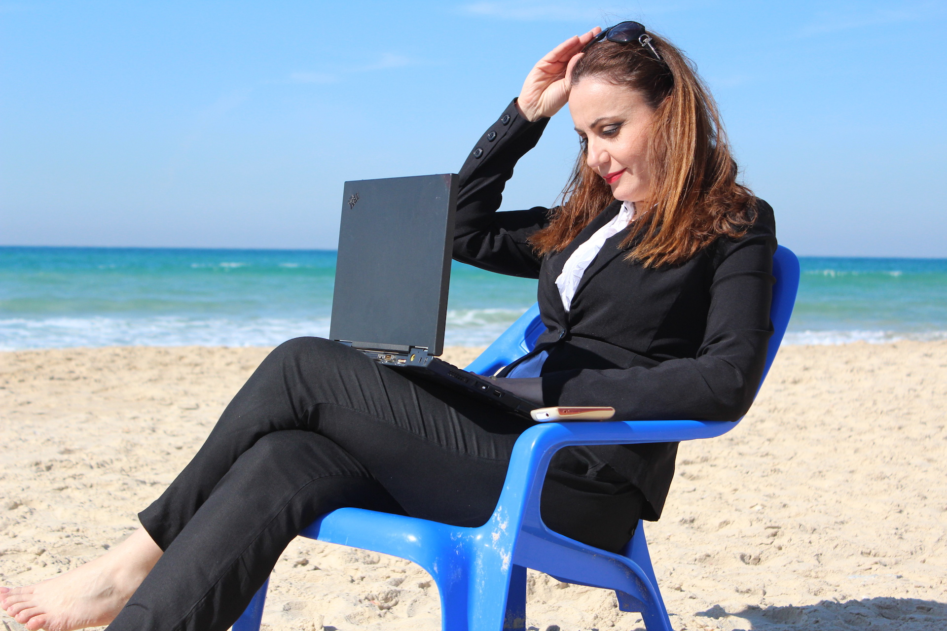 woman-working-beach